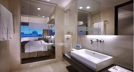 A nicely appointed bathroom with complete amenities in makassar