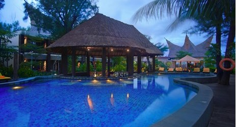 A relaxing bar by the pool to chill out over beer or cocktails in a beautiful resort to stay when visit gili trawangan lombok for holiday