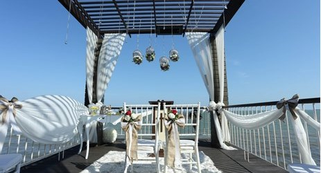 A perfect dock to celebrate a romantic yet intimate moment with your loved one.