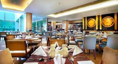 Saffron Restaurant memiliki ruang makan menakjubkan yang menyajikan hidangan fresh from the oven oleh koki handal kami. Buka saat sarapan, makan siang dan makan malam