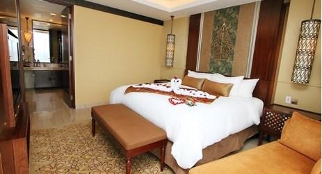 Setup pernikahan romantis di kamar suite 94 meter persegi untuk bulan madu yang sempurna di hotel bintang 5 Yogyakar