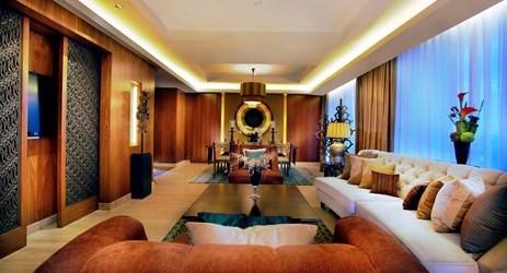 Kemegahan ruang tamu Hotel di Grand Aston Yogyakarta mengekspos sofa dan bantal yang nyaman dengan pemandangan Gunung Merapi