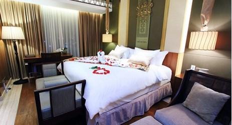 Setup pernikahan romantis di kamar suite yang mewah untuk bulan madu yang sempurna di hotel bintang 5 Yogyakarta