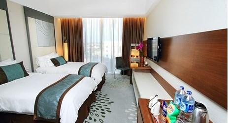 Kamar Superior 28 m2 menawarkan pilihan tempat tidur king atau twin, seprai katun mewah, selimut dan kebutuhan lainnya untuk kenyamanan tamu di tengah Yogyakarta