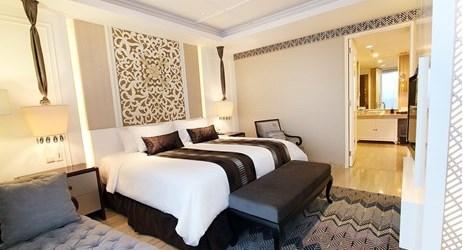 Suite seluas 94 meter persegi memiliki suasana hunian yang khas mencakup ruang tamu dan kamar tidur terpisah dengan suasana barat yang sempurna untuk keluarga dan pebisnis saat menginap di Yogyakarta