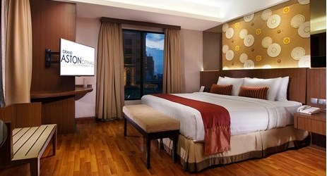 Junior Suite with small living room,featuring bathtub and shower bathroom. Free buffet breakfast and daily newspaper