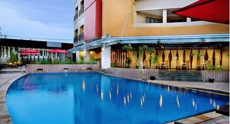 Area kolam renang untuk bersantai dan menikmati hari yang cerah di Kota Khatulistiwa.