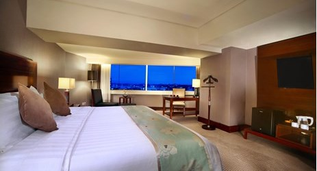 A clean, comfortable and spacious room with working desk, couch, great view and king-size bed a perfect place to sleep or relax while have a business or holiday in Samarinda.