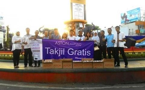 Rayakan Ramadan, Aston Lampung City Hotel Bagi-bagi Takjil