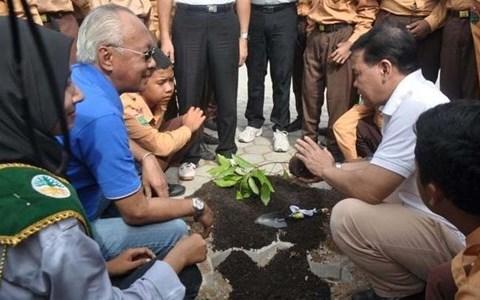 Aston Held Tree Planting at SMP Negeri 13