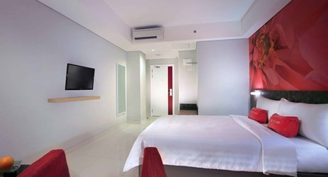 A spacious and clean bathroom of Budget hotel in Makassar