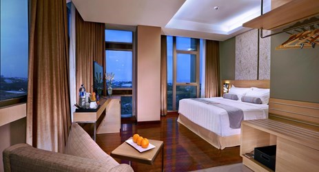 The comfort of our Junior Suites that are well decorated in wooden colours that offer a beautiful view of either the Kampung view, Street view or Merapi view